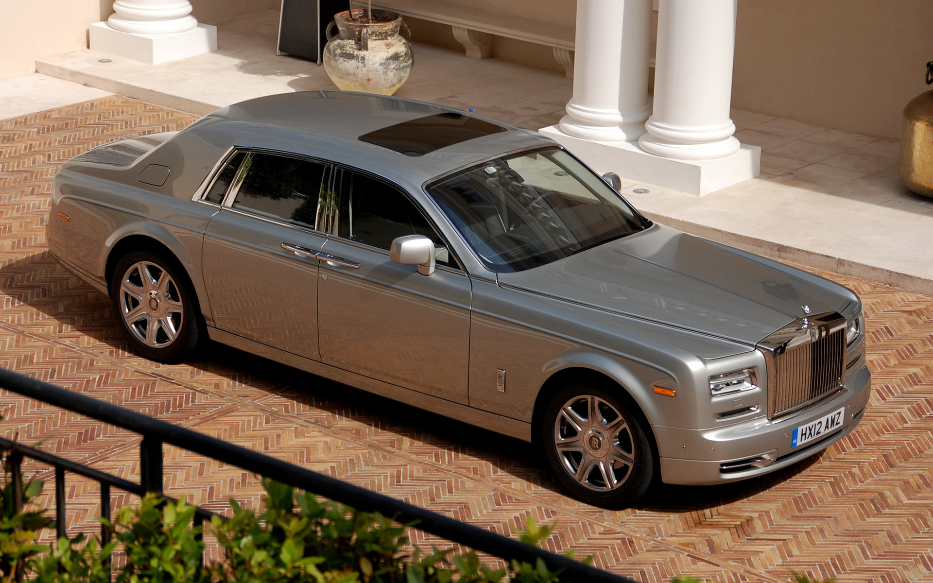Rolls Royce Ghost 20 Car Background: 2009 Rolls-Royce Phantom - Wallpapers And HD Images