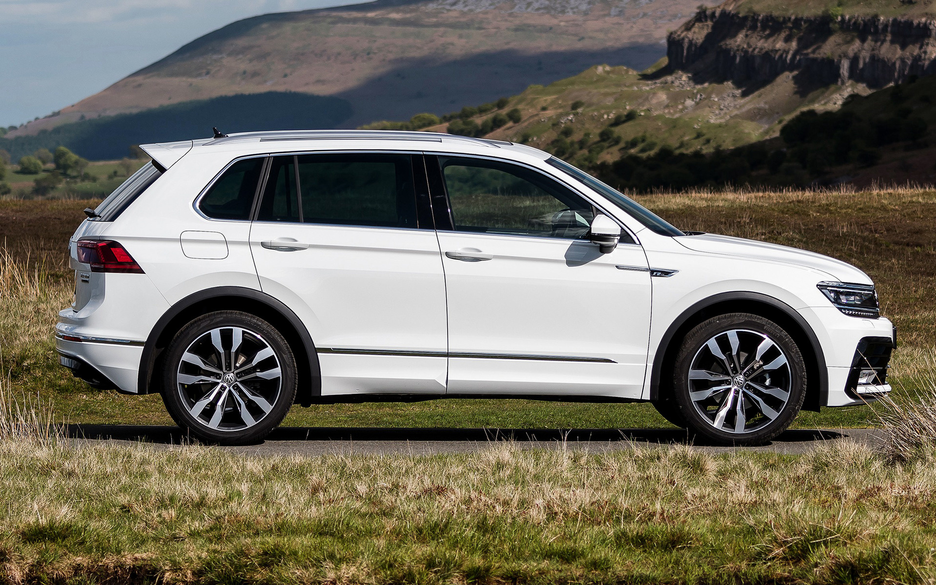 2016 volkswagen tiguan r line uk wallpapers and hd. Black Bedroom Furniture Sets. Home Design Ideas