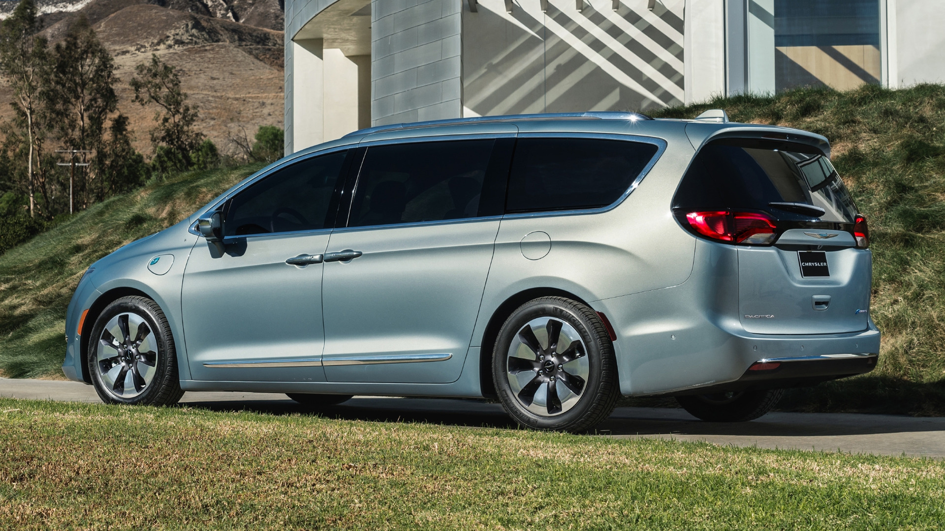 Chrysler Pacifica Hybrid (2017) Wallpapers and HD Images