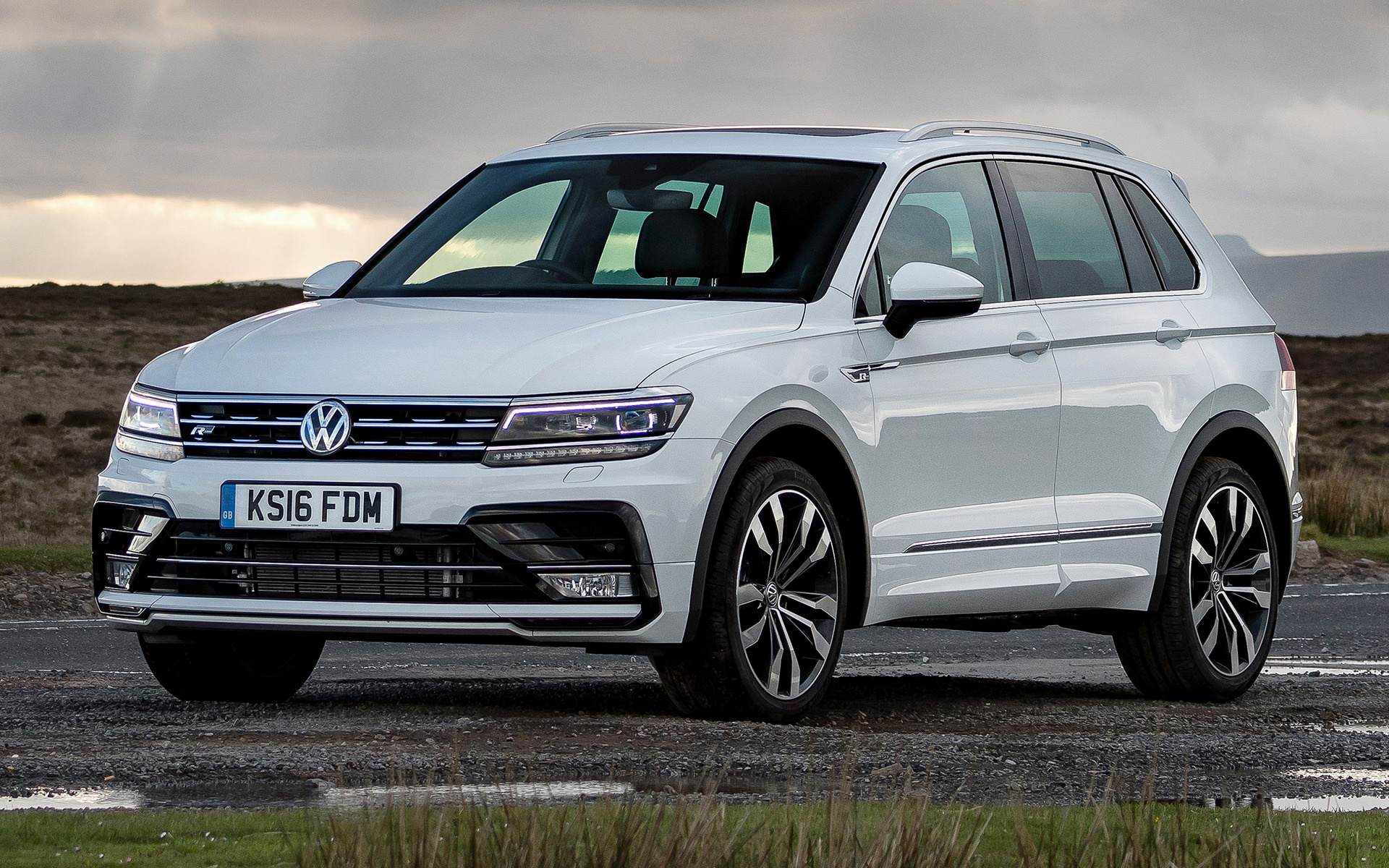 volkswagen tiguan r line 2016 uk wallpapers and hd images car pixel. Black Bedroom Furniture Sets. Home Design Ideas