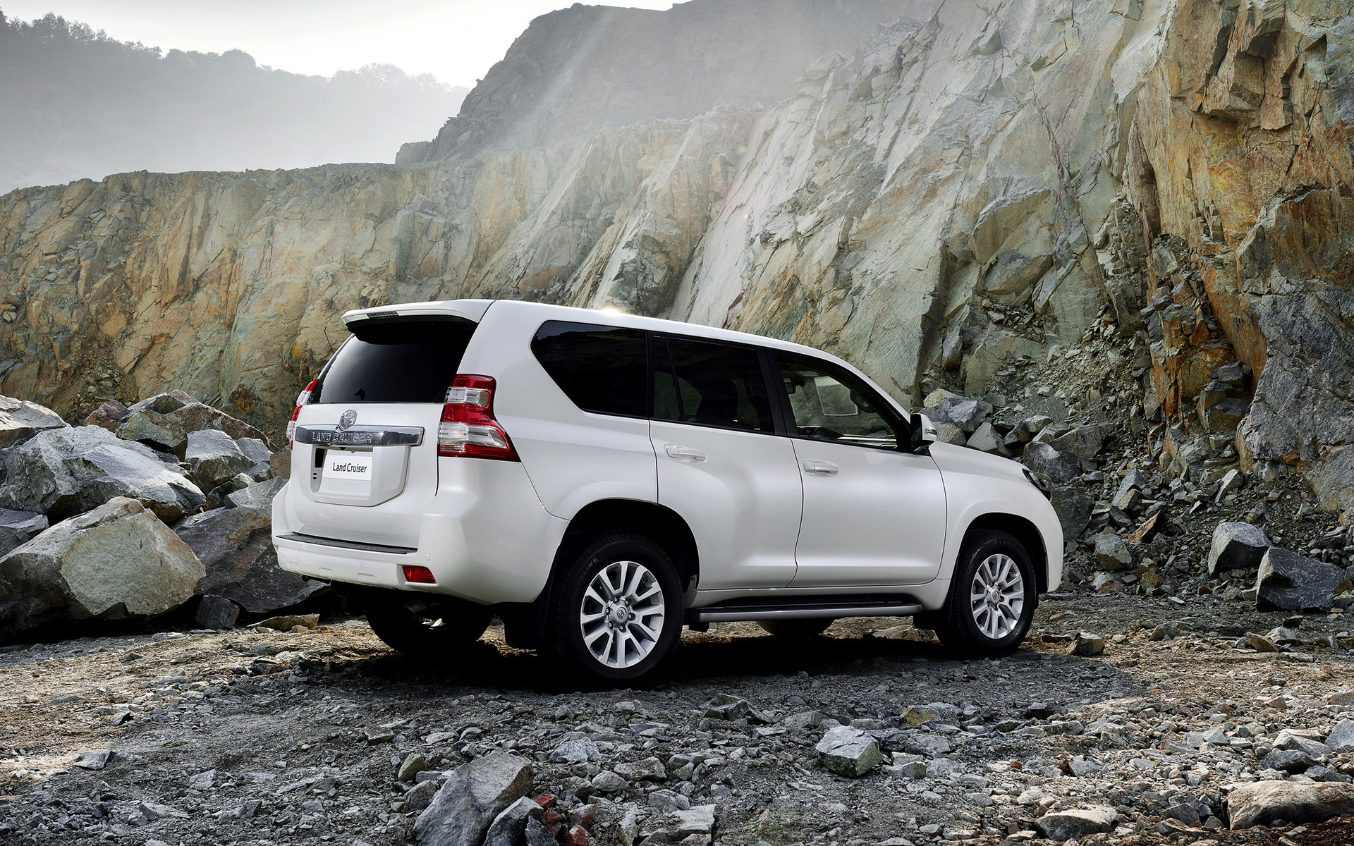 2013 toyota land cruiser wallpapers and hd images car - Land cruiser hd wallpaper ...